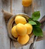 Frische Aprikosen auf der Platte auf einem hölzernen Hintergrund Stockbilder