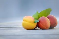 Frische Aprikosen auf hölzerner Tabelle Stockfoto