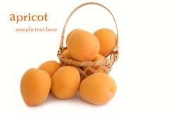 Frische Aprikosen auf weißem Hintergrund Lizenzfreie Stockbilder