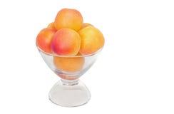 Frische Aprikosen in einer Glasschüssel Stockbild