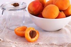 Frische Aprikosen in einer Schüssel lizenzfreies stockbild