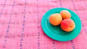 Frische Aprikosen gedient auf einer Tabelle Lizenzfreie Stockbilder