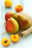 Frische Aprikosen und Birnen Stockbild