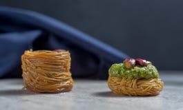 Frische arabische Bonbons auf hellem Steinhintergrund lizenzfreie stockfotografie