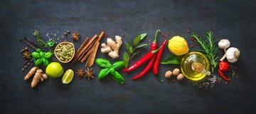 Frische aromatische Kräuter und Gewürze für das Kochen Lizenzfreie Stockfotografie
