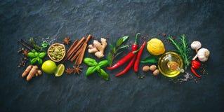 Frische aromatische Kräuter und Gewürze für das Kochen Stockbild