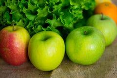 Frische ausführliche Frucht - Orange, Äpfel und grüner Salat Stockfotos