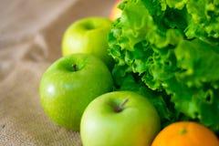 Frische ausführliche Frucht - Orange, Äpfel und grüner Salat Lizenzfreie Stockfotografie