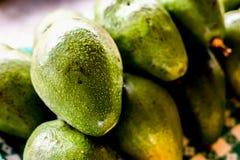 frische Avocado auf einem dunklen Holz lizenzfreie stockfotografie