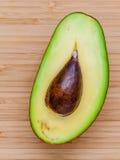 Frische Avocado auf hölzernem Hintergrund Gesundes Lebensmittel der organischen Avocado Lizenzfreie Stockfotos