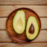 Frische Avocado auf hölzernem Hintergrund Gesundes Lebensmittel der organischen Avocado Lizenzfreies Stockbild
