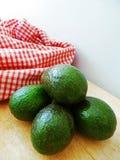 Frische Avocado auf Schneidebrett Lizenzfreies Stockbild
