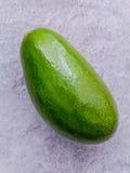 Frische Avocado auf Steinhintergrund Gesundes Lebensmittel der organischen Avocado Stockfoto