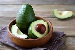 Frische Avocado in einer hölzernen Schüssel Lizenzfreie Stockbilder