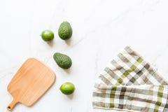Frische Avocado, Kalk, der auf Marmorhintergrund liegt Rezept f?r Cinco de Mayo-Partei Draufsicht, obenliegende, flache Lage, Kop stockfotos