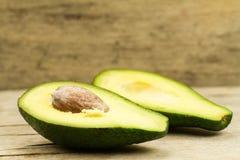 Frische Avocados auf hölzernem Hintergrund Stockfotos