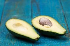 Frische Avocados auf hölzernem Hintergrund Lizenzfreies Stockbild