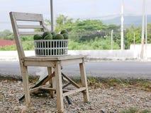 Frische Avocados für Verkauf in einem Korb durch den Straßenrand lizenzfreies stockfoto