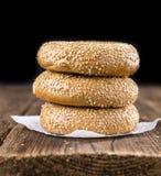 Frische Bagel mit indischem Sesam (Nahaufnahmeschuß; selektiver Fokus) Lizenzfreies Stockbild