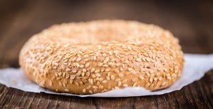 Frische Bagel mit indischem Sesam (Nahaufnahmeschuß; selektiver Fokus) Lizenzfreie Stockfotos