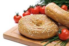 Frische Bagel, Tomaten und Schnittlauche Stockbild