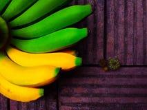 Frische Bananen auf altem Ziegelsteinhintergrund lizenzfreies stockfoto