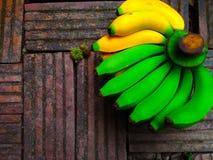 Frische Bananen grünen Gelb auf altem Ziegelsteinhintergrund lizenzfreies stockbild