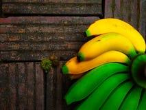 Frische Bananen grünen Gelb auf altem Ziegelsteinhintergrund stockbild