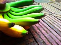 Frische Bananen grünen Gelb auf altem Ziegelsteinhintergrund stockbilder