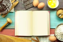 Frische Basilikum- und Kirschtomaten, die auf leerer Notizbuchseite malen Lizenzfreies Stockfoto