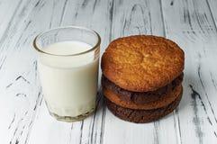 Frische Bauernhofmilch und geschmackvolle Plätzchen vom Ofen Lizenzfreie Stockfotografie