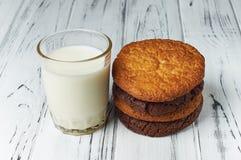 Frische Bauernhofmilch und geschmackvolle Plätzchen vom Ofen Lizenzfreies Stockfoto