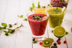 Frische Beere und Frucht Smoothies Lizenzfreie Stockbilder