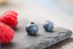 Frische Beeren auf einer Steinplatte Stockfotografie