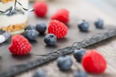 Frische Beeren auf einer Steinplatte Stockbild