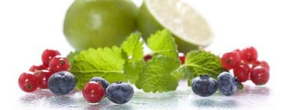 Frische Beeren mit Minze und Kalk stockfotos