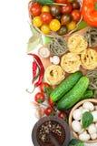 Frische Bestandteile für das Kochen: Teigwaren, Tomate, Gurke, Pilz Lizenzfreies Stockfoto