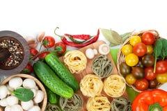 Frische Bestandteile für das Kochen: Teigwaren, Tomate, Gurke, Pilz Lizenzfreie Stockfotos