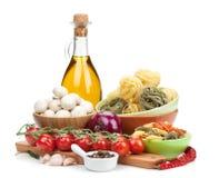 Frische Bestandteile für das Kochen: Teigwaren, Tomate, Pilz und Gewürz stockfoto