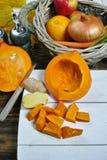 Frische Bestandteile für Kürbis soep mit Apfel, Orange, Karotte Stockfotografie