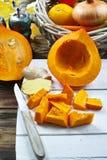 Frische Bestandteile für Kürbis soep mit Apfel, Orange, Karotte Stockfoto