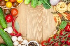 Frische Bestandteile für das Kochen: Teigwaren, Tomate, Gurke, Pilz Stockbilder