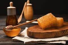 Frische Bienenwaben und köstlicher Honig Stockbild