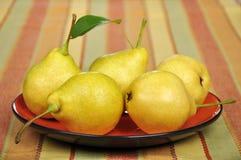 Frische Birnen auf Platte Stockfoto
