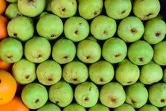 Frische Birnen, die im Obstmarkt verkauft werden Stockbild