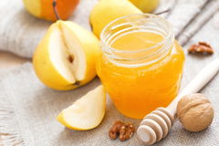 Frische Birnen und Honig Stockbild