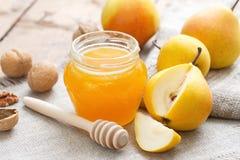 Frische Birnen und Honig Stockfotos