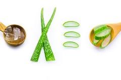 Frische Blätter Aloeveras mit Aloe Vera gelatieren auf hölzernem Löffel Lizenzfreie Stockfotos