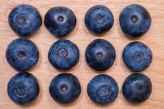 Frische Blaubeeren auf Tischplatte Lizenzfreie Stockfotografie
