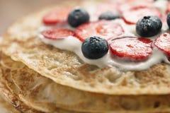 Frische Blinis oder Krepps mit frischen Beeren und Creme Lizenzfreie Stockbilder